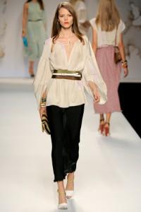 Героиня Fendi по-прежнему обворожительна, женственна и изящна.